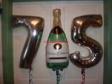 Folienballon Zahlen Geburtstag 75 und Sektflasche weiß