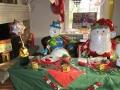 Weihnachtstisch mit Schneemann und Weihnachtsmann